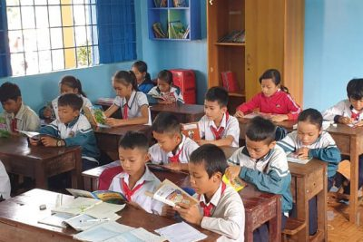 Ngày 7/12/2020 vừa qua, trường Tiểu học A Ma Trang Lơng trân trọng được đón Cô Nguyễn Thị Thu Hương và thầy Mai Văn Chuyền đại diện nhóm Tủ sách lớp em Đăk lăk về trao tặng 12 tủ sách cho học sinh của trường Tiểu học A Ma Trang Lơng.