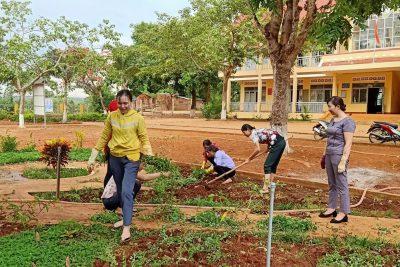 Thầy trò trường TH Trường Ama Trang Lơng phối hợp với Đoàn xã Cư M'gar ra quân trồng cây xanh, góp phần tạo cảnh quan môi trường ngày càng xanh – sạch – đẹp.