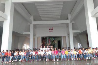 Học sinh khối 4, 5 Trường tiểu học A Ma Trang Lơng đi tham quan dã ngoại.